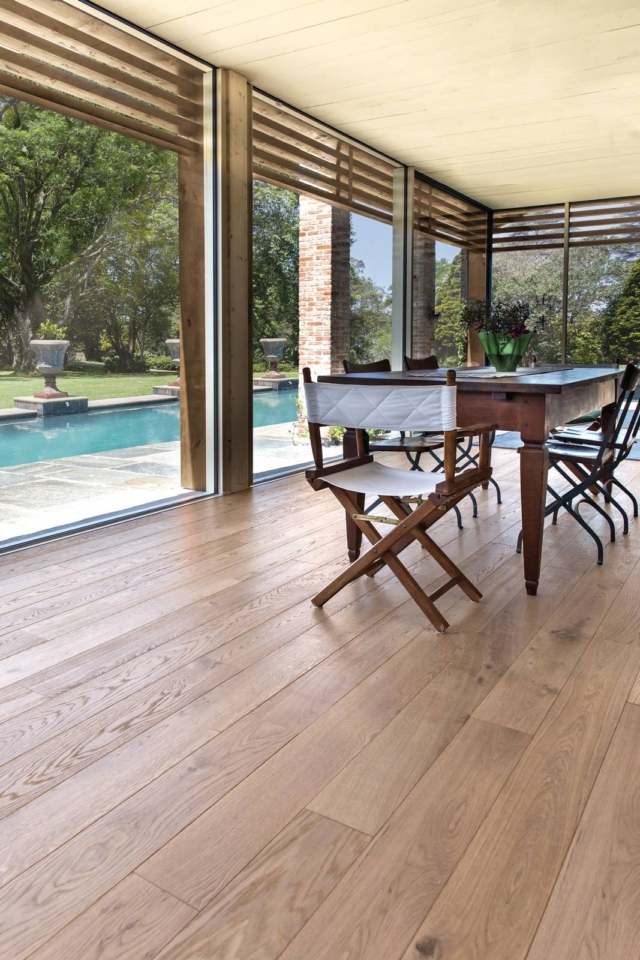 Veranda con parquet Tolin vista piscina