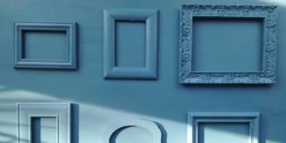 parete blu con cornici dipinte di blu