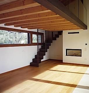 soppalco in legno con scala in metallo doatat di ringhiera a tutt'altezza