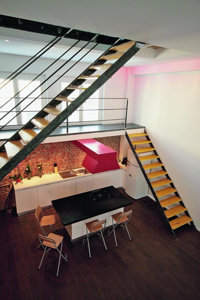 sistema di scale e passerelle per il doppio soppalco di 30 e 10 mq nel loft