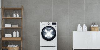 LG-AI-DD-Washing-Machine immagine ambientata piastrelle grige pavimento gres effetto legno