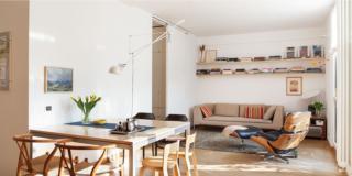 soggiorno, tavolo da pranzo, sedie in legno in stile nordico, zona conversazione, chaise longue, divano, parquet in rovere, lampada orientabile bianca