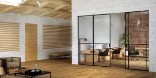 Porta scorrevole Scenari Delineo Industrial Exit Zero di FerreroLegno in cristallo trasparente e profili in alluminio