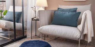 Ikea poltrona tavolino in metallo ambientata con pouf blu