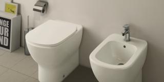 water universale a pavimento Tesi di Ideal Standard a filo parete con sedile slim e AquaBlade®