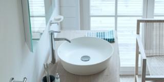 mobile lavabo a pavimento Cape Cod di Duravit realizzato con assi di legno massello Rovere Vintage composto di una consolle, un ripiano e gambe cromate
