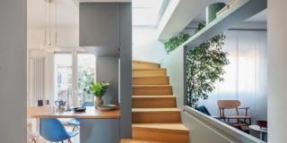 zona giorno, scala in legno, bancone a penisola, parete divisoria con apertura centrale, soggiorno, pavimento in parquet