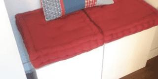 Trasformare un pensile da cucina in panca con cuscini imbottiti rossi