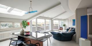 soggiorno, tetto a spiovente, parete vetrata, divano rivestito in velluto, zona pranzo