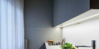Cucina con ante in laccato grigio opaco