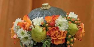 Il centrotavola autunnale con zucca fiori e frutti
