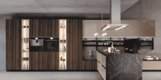 Colonne a parete, isola al centro: tutto il bello della cucina contemporanea