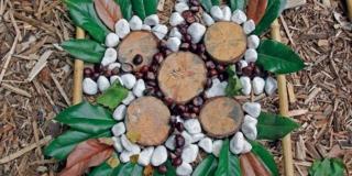 mosaico con foglie, rami e sassi