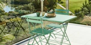 arredare balcone piccolo tavolo quadrato sedia pieghevoli acciaio verde eucalipto linea imperial casa