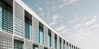 Partnership fra le eccellenze: vetro isolante sottovuoto e alluminio