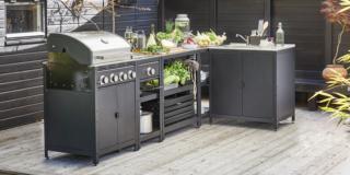 La cucina in giardino con barbecue, caminetti e griglie
