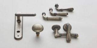 maniglie collezione Classic con finitura argento vecchio di Mandelli1953